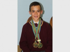 Fernando Booysen (14) met sy twee nuwe goue medaljes wat hy by die Grieks-Romeinse en vrystyl kampioenskappe verower het.