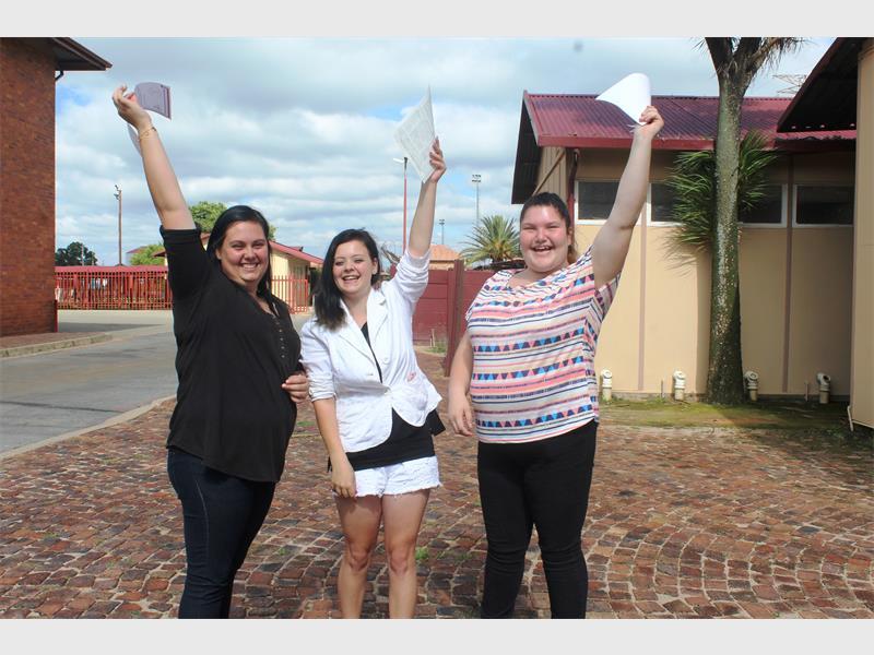Chantelle Gerber (links) en haar twee vriendine, Elize Coetzee en Bianca Prinsloo, groet Hoërskool Hugenote vir die laaste keer en is in ekstase oor hul matriekuitslae.