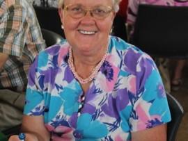 Elsie du Plessis (68) suig al te lekker aan haar suigstokkie terwyl sy uitsien na die heerlike hamburger wat bedien word.