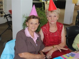 Mavis Nel (links) en haar vriendin, Sus Coetzer, sê dit was lekker om 'n kinderpartytjie by Malan Nel Dienssentrum by te woon ter viering van hul 32ste bestaansjaar.