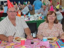 Hannes Breytenbach (68) en sy vrou, Mart (66), smul al te lekker aan die tuisgemaakte hamburgers wat bedien is by Malan Nel Dienssentrum se 32ste verjaarsdag vieringe.