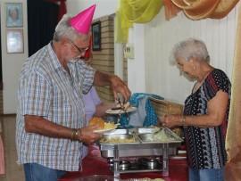 Freddie Viljoen (65) sê hy is besig om sy eie hamburger te 'bou', terwyl Koekie Stoltz (80) hand bysit.