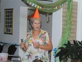Sarie Breytenbach, bestuurder van Malan Nel Dienssentrum, besig om roomys cones uit te deel.