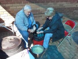 Zambia Coetzee en Antoinette Erskine van die Rotaryklub in Westonaria werk saam om die potjiekos voor te berei.