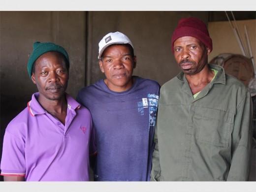 Die helde. Die plaas se trotse werkers Amos Divane, Joseph Nhauntumbo en Ben Mavea.