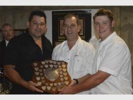 Cecil Tucker en Manny Pereira gee Pieter Smit 'n toekening vir sportmangees van die jaar. Foto ingestuur.