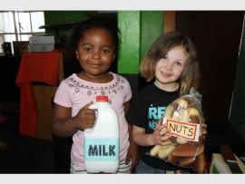 Asanda Mtshiza en Jessica Simoné Meyer wys wat gesond is om te drink en te eet.