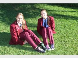 Twee Jannas-leerlinge met hul tekkies op Tekkie Tax-dag. Foto: Charl Ludick.