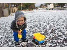 Brandon le Grancie, 'n inwoner van Greenhills sê al is dit nie sneeu nie, hy wil definitief buite in die ys speel.