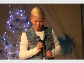 Jaden Smith, 'n leerling van Musica Musiekskool sing die Afrikaanse weergawe van 'n Kersliedjie tydens die Winter Wonderland-musiekblyspel.