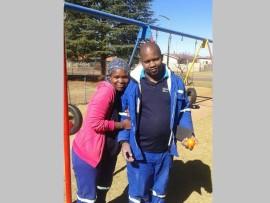 Lenah en Solomon Koaho, twee werkers van Thumbelina-kleuterskool geniet die geselsie nadat  hulle gehelp het om die fasiliteite van die skool op te gradeer.