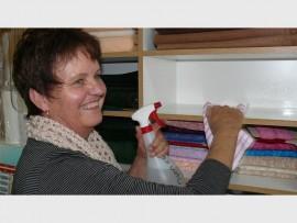 Gerda demonstreer hoe om skoon te maak.