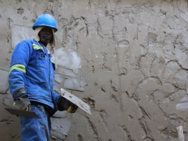 A Motheo Construction worker completing a wall.