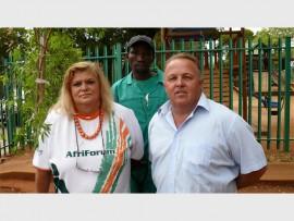 Sannie Kruger (AfriForum-lid), Jacob Makgale (instandhoudingwerker by Westonaria Primary) saam met Billy Hutton (skoolhoof) is trots op die nuwe boom.