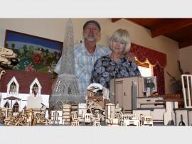 Dirk en Elise Claassens met 'n paar van hul produkte.