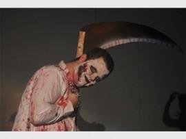 Die groot zombie wat die kis op die verhoog getrek het vir Michael Jackson se Thriller liedjie. Photo: Roxy de Villiers