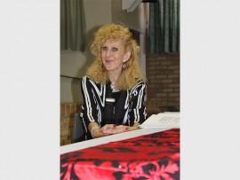 Beatrix Hooman stel haar digbundel bekend.