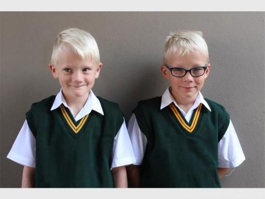 Tweeling Jaco en Johan van Noordwyk op hul eerste dag van grootskool.