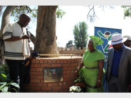 Ekurhuleni mayor Clr Mondli Gungubele unveils a plaque with MMC for Sports, Recreation, Arts and Culture, Clr Dora Mlambo, and Member of Parliament, Enock Godongwane.
