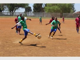 Kenneth Hlengethwa of Skoomboys traps the ball and attempts to pass it to his team mate, Thuso Mtswoene.