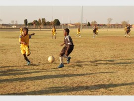 Focus FA's Sanele Sibeko attempts to take the ball, before opponent Lesego Motimela gets to it.