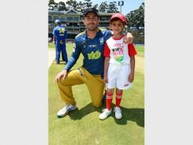 Pite van Biljon with Laylaa Whyte of Apax School at the recent KFC Mini-Cricket programme at the Wanderers.