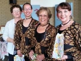 SPAANSE FIESTA: Magriet van der Walt (links), van die VLU Dinwiddie-tak, bedank die dames vir hulle pragtige danse. Elmien Cloete, Doris Bekker en Driekie Joubert is van die Dorris Bekker School of Spanish Dancing.