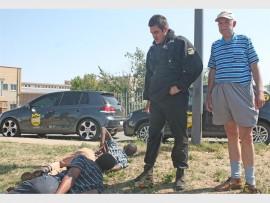 AANGEKEER: Donovan Supra (links) van CPS Sekuriteit en Frik Schmidt (regs), 'n inwoner van Alberton-Noord, by die vermeende huisrowers wat ook skade by Frik se huis aangerig het.