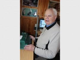 OP SY GUNSTELING PLEK: Anton Pienaar het aan die RECORD gesê dat hy nie 'n dag kan gaan sonder om te skryf nie, hier is hy besig op sy Braille tikmasjien.