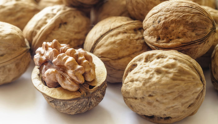 476468-walnuts