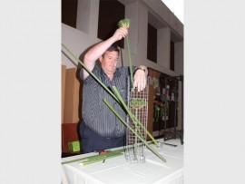 RANGSKIKKING: Pierre Jacobs tydens die Bracken Blommeklub se vergadering op 21 September.