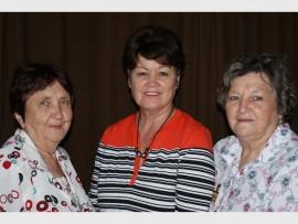 TE LEKKER: Magchel Scholtz, Sophia Marx en Mienie Hewitt tydens die Brackenhurst se VLU-tak se vergadering.