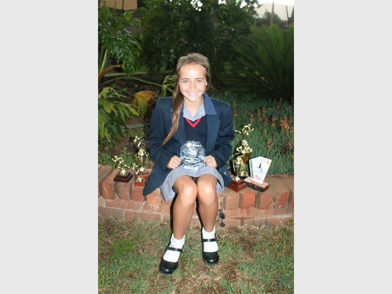 BOBAAS ATLEET: Bernedette Wilson met al haar trofees. Sy is beslis een van Alberton se jong atlete wat dopgehou moet word.