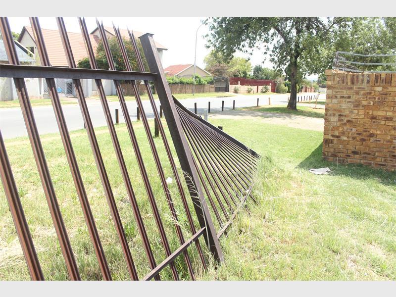 metal thieves target palisade fences alberton record. Black Bedroom Furniture Sets. Home Design Ideas