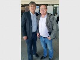GOEIE WERK VEREER: Hier staan Dawie Roodt (regs) saam met Izak Berg, die voorsitter van die Nasionale Belastingbetalers Vereeniging van SA (IRASA).