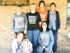 Hekelgroeplede: Marike Botha, Heidi, Dalene Loretz, (agter) Marie van der Merwe, Marina Basson, Katinka Steyn en Cobie Polling.