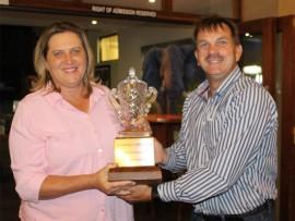 Janette Marits ontvang die Solheim Cup van Piet van Dyk.