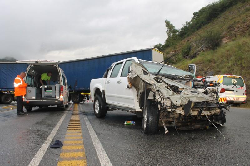 Die voertuig wat in die eerste ongeluk betrokke was, met die trok wat in die tweede ongeluk betrokke was in die agtergrond.