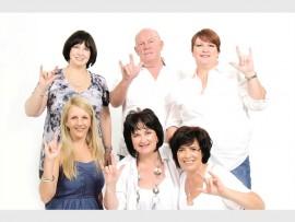 Voor: Adelene Niehaus, Sandra Jacobs, Alison Linde, (agter) Philna Scholtz, Andy Lubbe en Pippa Botha met die amptelike groet van Innibos.