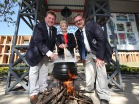 Mnr. Org van den Berg (adjunkhoof), me. Annemarie Kleynhans (hoof) en mnr. Jacques Krüger (adjunkhoof) het Woensdag al 'n bietjie gees gevang.