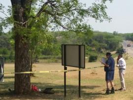 Polisiebeamptes op die toneel onderweg na die Pual Kruger-hek.