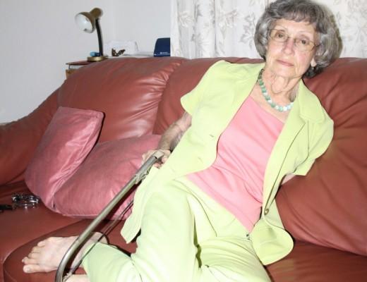 Me. Christine Otto wys hoe sy 'n saag gebruik het om die toue waarmee sy vasgebind was, los te kry.