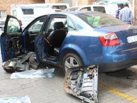 Sersante  Selby Malatji en Nomsa Nkosi van die Nelspruit Blitspatrollie het 'n beraamde R40 000 dagga gekonfiskeer na 'n roetine stop-en-soek-ondersoek vanoggend op die N4-brug op die R40 na Witrivier. Die pakkies was in die deurpanele versteek.