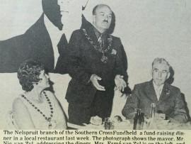 'n Foto uit Die Laevelder van Nic van Zyl as burgemeester van Nelspruit. Links sit sy vrou Esmé en regs op die foto een van sy voorgangers, Johan Fölscher.