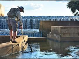 Dr. Piet Kotze versamel vis in die visweg in die Engelhardtdam in die NKW.
