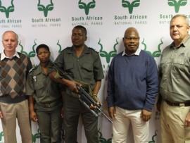 SANParke het 'n aantal 40mm granaatwerpersstelsels (UBGL) van Milkor ontvang. Van links is Maj Genl. (afgetree) Johan Jooste, SANParke se hoof van spesiale projekte, Nonhlanhla Mbatha van SANParke se veldwagterskorps, Oupa Manzini van SANParke se veldwagterskorps, William Mabasa, SANParke se waarnemende hoof van kommunikasie en Marius Roos, uitvoerende hoofbestuurder van Milkor.