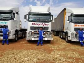 Boere in Nood se trokke wat landwyd voer aflewer, het elk hul eie naam en word bestuur deur (VLNR) Laurence Mokele, Gareth Quiens en Gregory Mkhudu.