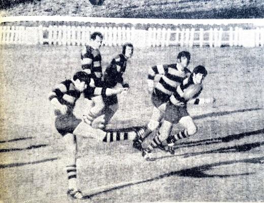 'n Lekker aksiefoto met R. van Zyl van LVCC, wat die bal met 'n stewige regterskop aanjaag waar sy spanmaats D. Marshall, E. Visser, F. Schoeman en S. Alford gereed staan vir die opvolg-aksie.