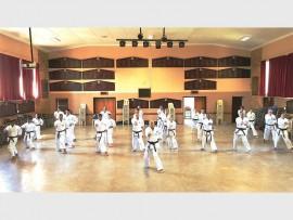 'n Hangetsu kata word deur sensei John Barnett en die res van die karategroep gedoen.