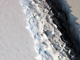 Enormous rift in Antarctica ice shelf